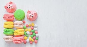 Mazapán en la forma del símbolo del Año Nuevo - cerdo rosado, macarrones delicados dulces, melcochas, cacahuetes en azúcar fotografía de archivo libre de regalías