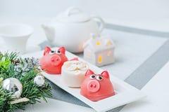 Mazapán en la forma del símbolo del rosa del Año Nuevo - un cerdo, macarrones delicados dulces, melcochas, cacahuetes en pastel d imagen de archivo