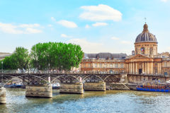 Mazarin arkiv Bibliotheque Mazarine och bro av konsterna Royaltyfri Foto