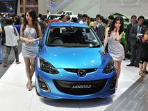 Mazda 2 på skärm på en motorShow Royaltyfri Bild