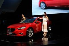 Mazda Atenza en toont meisjes Stock Fotografie