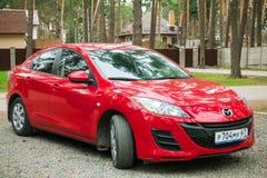 Mazda 3 Axela parcheggiato in via suburbian Fotografia Stock Libera da Diritti