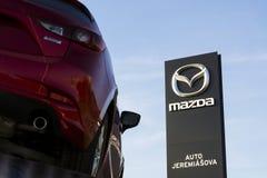 Mazda 3 bil framme av återförsäljarebyggnad på mars 31, 2017 i Prague, Tjeckien Royaltyfria Foton