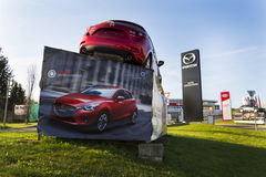 Mazda 3 bil framme av återförsäljarebyggnad på mars 31, 2017 i Prague, Tjeckien Arkivfoton