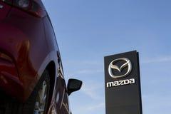 Mazda 3 bil framme av återförsäljarebyggnad på mars 31, 2017 i Prague, Tjeckien Arkivbilder