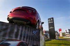 Mazda 3 bil framme av återförsäljarebyggnad på mars 31, 2017 i Prague, Tjeckien Arkivbild