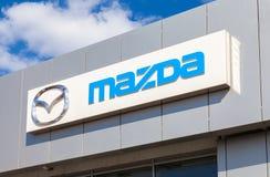 Mazda-embleem op de voorgevel van officieel handelaarsbureau Royalty-vrije Stock Fotografie