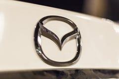 Mazda-embleem op een auto Stock Fotografie