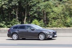 Mazda gods för 6 serie på vägen Arkivfoto