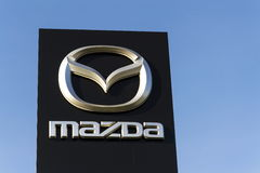 Mazda-het embleem van het autobedrijf voor het handel drijven die op 31 Maart, 2017 in Praag, Tsjechische republiek voortbouwen Royalty-vrije Stock Afbeelding