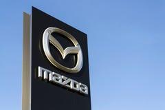 Mazda-het embleem van het autobedrijf voor het handel drijven die op 31 Maart, 2017 in Praag, Tsjechische republiek voortbouwen Royalty-vrije Stock Afbeeldingen