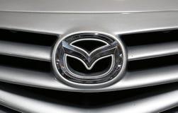 Mazda loga kruszcowy zbliżenie na Mazda samochodzie Zdjęcie Stock