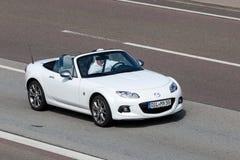 Mazda mx-5 Open tweepersoonsauto op de weg Royalty-vrije Stock Afbeeldingen