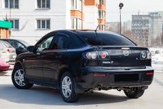 Mazda noir 3 vue arrière de 2008 ans avec l'intérieur gris-foncé en excellent état dans un parking entre d'autres voitures photographie stock