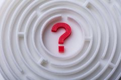 Maze And Red Question Mark lizenzfreie stockbilder