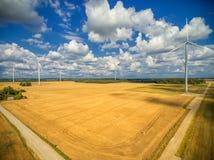MAZEIKIAI LITHUANIA, LIPIEC, - 30, 2016: Wiatraczka teren z pszenicznym polem i wiatraczkami w tle Pogodny Chmurny letni dzień fotografia stock