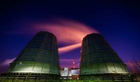 MAZEIKIAI, LITUÂNIA - 11 de agosto de 2012: Fábrica da refinaria de Orlen com fumo Chimey e céu estrelado devido à exposição long imagens de stock