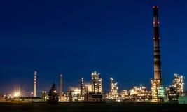 MAZEIKIAI, LITUÂNIA - 11 DE AGOSTO DE 2012: Indústria de Orlen ORLEN Lietuva é uma empresa polonesa centrada na refinaria de petr imagens de stock