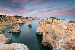 Mazing-Landschaft bei Sonnenuntergang an Marinha-Strand in der Algarve, Portugal lizenzfreies stockbild