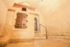 Mazmorra en una sinagoga vieja con los obturadores viejos labrados Fotos de archivo