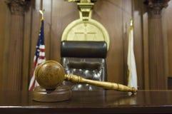 Mazo cerca de la silla del juez ante el tribunal Imagen de archivo libre de regalías