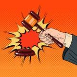 Mazo de Art Judge Hand Hitting Wooden del estallido en una sala de tribunal stock de ilustración