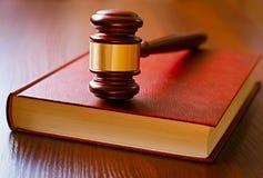 Mazo de Brown y libro de ley Imagen de archivo libre de regalías