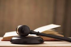 Mazo de la corte de los jueces foto de archivo