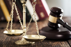 Mazo de la escala de la justicia en el escritorio Fotografía de archivo