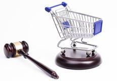 Mazo de la justicia con el carro de compras Fotos de archivo libres de regalías