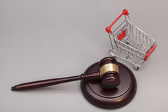 Mazo de la justicia con el carro de compras Imagen de archivo