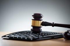 Mazo de la justicia y teclado de ordenador Imagen de archivo