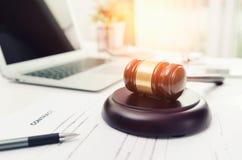 Mazo de madera en la oficina del abogado o del abogado foto de archivo