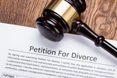 Mazo de madera en la petición para el papel del divorcio foto de archivo