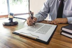 Mazo de madera en la tabla, concepto de la ley, del abogado del abogado y de la justicia, abogado de sexo masculino que trabaja e fotos de archivo