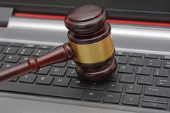 Mazo de madera de la subasta en línea en el teclado de ordenador Fotos de archivo libres de regalías
