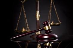 Mazo de madera de los jueces, escalas de oro de la justicia Concepto de la LEY Foto de archivo