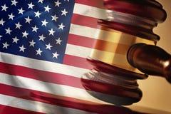 Mazo de madera de los jueces sobrepuesto con la bandera de los E.E.U.U. imagen de archivo libre de regalías