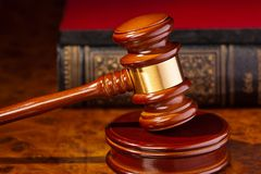 Mazo de un juez ante el tribunal