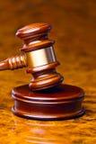 Mazo de un juez ante el tribunal imagenes de archivo