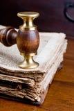 Mazo del juez en el libro Fotografía de archivo
