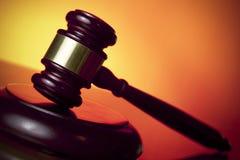 Mazo del juez en fondo anaranjado fotografía de archivo