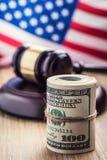 Mazo del martillo del ` s del juez Billetes de banco de los dólares de la justicia y bandera de los E.E.U.U. en el fondo Mazo de  Fotos de archivo libres de regalías