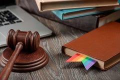 Mazo, libro con el arco iris imagen de archivo