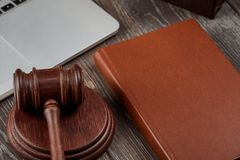 Mazo, libro y ordenador portátil imagenes de archivo