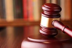 Mazo, símbolo de decisiones judiciales y justicia Imagenes de archivo