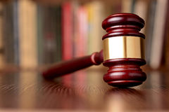 Mazo, símbolo de decisiones judiciales y justicia Fotografía de archivo libre de regalías