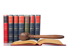 Mazo sobre el libro de ley abierto Fotografía de archivo libre de regalías