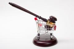 Mazo y carro de la compra del juez en blanco imagenes de archivo