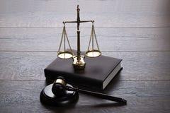 Mazo y escalas del juez Fotos de archivo libres de regalías